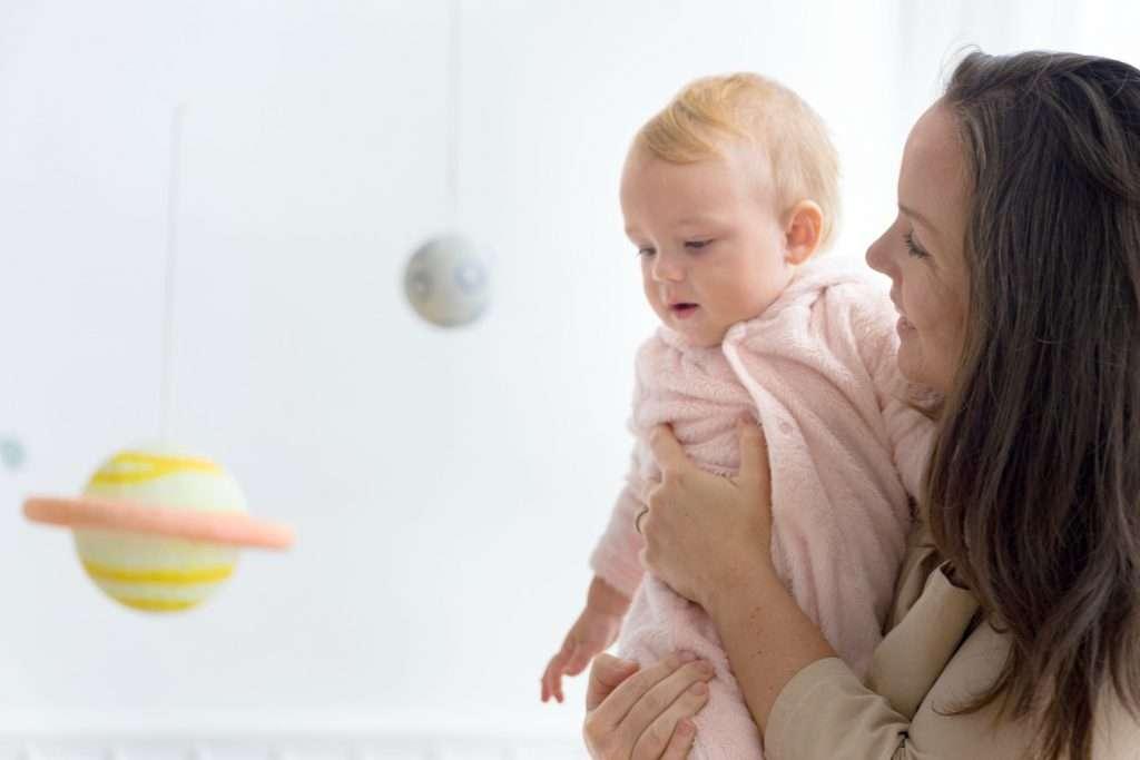 tons neutros: mãe carregando o bebê